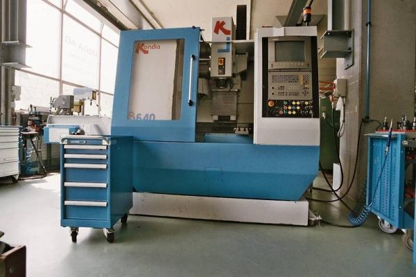 Hochleistungs-3-Achsen-Fräszenter 22 Werkzeuge, 4000 U/min 4 -Achse gesteuerter Teilapparat mit Dreibackenfutter D125 Verfahrwege: X-Achse 600 Y-Achse 400 Z-Achse 510